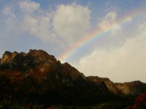 17 11 11 朝の妙義山に虹 2